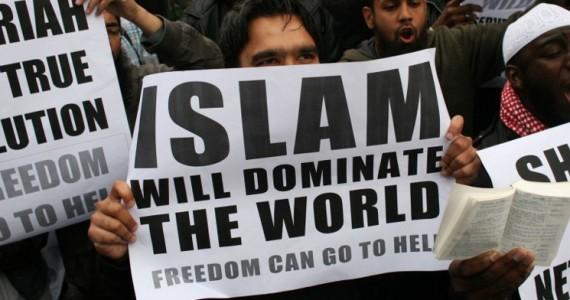 muslims-carrying-banners-declaring-islam-will-dominate-the-world-protest-at-the-visit-of-mr-wilders-to-the-uk-570x300